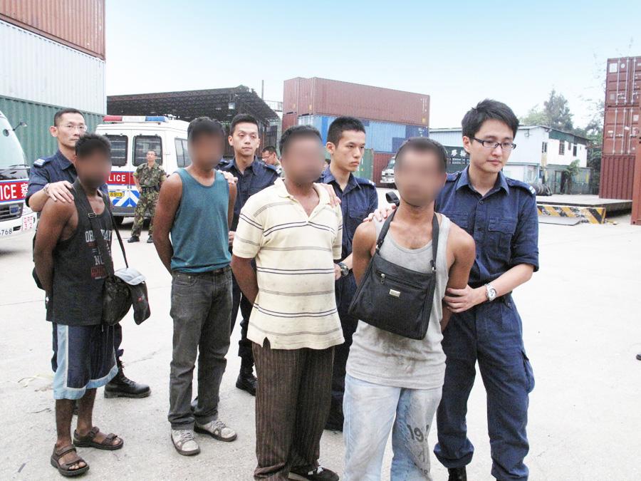 入境处特遣队与香港警方于不同地点进行联合反非法
